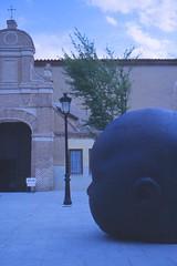 La Cabeza y La Puerta con La Farola (puesyomismo) Tags: door plaza sculpture lamp facade square puerta farola head skulptur escultura cabeza fachada tr fassade quadrat kopflampe