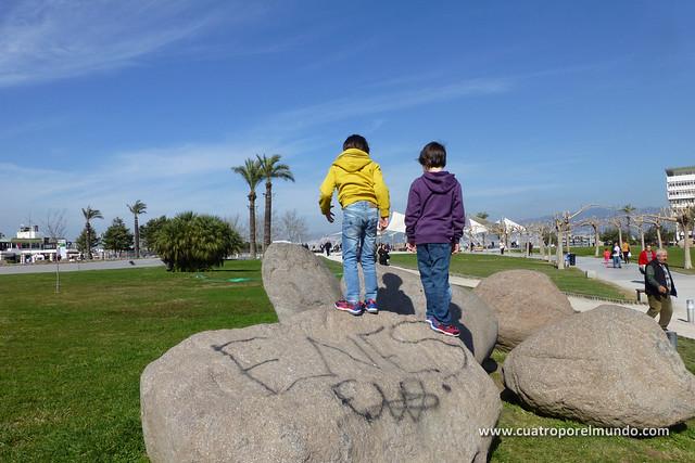 Saltando de piedra en piedra en el parque de Konak