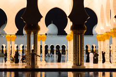 Enjoying the colonnade (Doc. Di0) Tags: uae emirates abudhabi mosquee abu dhabi sheik 2014 sheikzayedgrandmosque