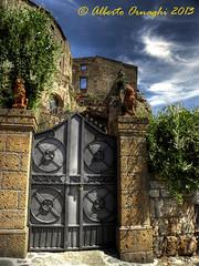 Casa misteriosa.... (Alberto04) Tags: italy house casa gate europa europe flickr italia foto picture hdr cancello portone civitadibagnoregio photomatix olympussp590uz