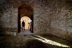 Trova l'intruso (meghimeg) Tags: shadow sun man stone arch ombra uomo sole pietra arco assisi 2015