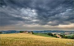 campagna maceratese (Luigi Alesi) Tags: italia italy marche macerata san giuseppe di tolentino paesaggio landscape scenery country countryside cielo sky nuvole clouds before storm casolare nikon d750 raw