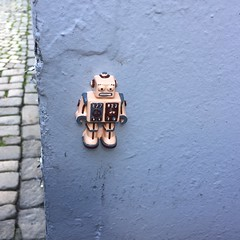 Glueforce (svennevenn) Tags: streetart toys robots bergen roboter leker gatekunst glueforce