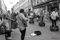 cada uno a lo suyo (kinojam) Tags: street portrait bw canon calle kino retrato candid bn segway musicos musicien robado canon6d kinojam
