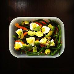 40η μέρα, μεσημεριανό: σαλάτα με αμπελοφάσουλα, βραστό αυγό, αβοκάντο, πορτοκαλί πιπεριά, ελαιόλαδο & soy sauce.