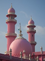 nuovi colori per l'architettura religiosa (lapeppina) Tags: pink india day mosque clear trivandrum thiruvananthapuram incredibleindia pinkmosque