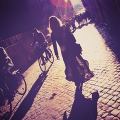 Aint no sunshine when she's gone (nana <>) Tags: street laura roma luz backlight contraluz calle strada sanpietrini controluce adoquines falda transparencia