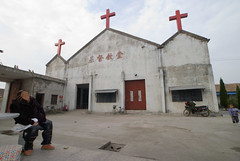 Fuyin Tang binnenplaats (Frans Schellekens) Tags: china old woman church countryside cross religion churches service mis kerk oud vrouw gebouw anhui kruis platteland believers religie bejaard kerken kerkdienst gelovigen