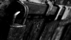 IMG_6487 (LLgem) Tags: door closed lock grunge chain block enter chiuso denied vietato