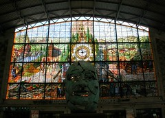 Sculpture and stained glass in Bilbao-Abando station (Sokleine) Tags: station spain gare interior stainedglass bilbao espana vitrail estacion espagne basquecountry paysbasque biscaia biscaye
