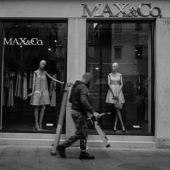 2016♠116 (ruggeroranzani_RR) Tags: people analog blackandwhite 120film 6x6 rolleiretro80s r09 rolleicordiv xenar13575 manatwork dummies window venice filmdev:recipe=10797 mediumformat