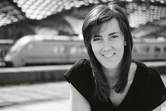 Sarah_Kln (DoubleE87) Tags: portrait urban blackwhite noiretblanc bahnhof portrt trainstation fujifilm fujinon bahnsteig noirblanc ooc schwarzweis schwarzundweis fujixt1 fuji35f2wr