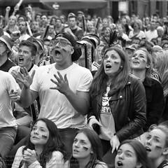 Public Viewing zur Fuball EM 2016 in Berlin (Agentur snapshot-photography) Tags: bw berlin sport deutschland fan blackwhite tv europa fussball emotion euro flag europameisterschaft match sw fans em schwarzweiss fahne flagge deu uefa jubel effekt personen flaggen freude wettbewerb fahnen leinwand publicviewing gasto deutschlandfahne verzweiflung fussballspiel leinwnde deutschlandflagge fanmeile fussballfan nationalfarben bertragung nationalflagge fussballfans randbild nationalfahne fussballmatch pessimistisch grossbildleinwand fanmeilen landesfahne landesflagge nationalfahnen nationfahne ffenltich