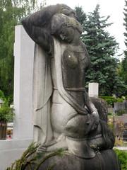 Grave Sculpture at ale Cemetery, Ljubljana, Slovenia (Wiebke) Tags: ljubljana slovenia europe vacationphotos travel travelphotos ale alecentralcemetery cemetery centralnopokopalieale pokopalie beigrad bezigrad