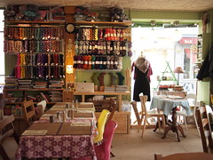 L'OisiveTh, Salon de th et Tricot (PutYourFlareOn) Tags: paris tricot knitting tea lys salondeth yarnshop loisiveth
