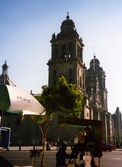 """Mexique, Mexico, sur la place centrale (Zocalo), la cathdrale, le cireur de chaussure et le lecteur de """"la tornada"""" (Jeanne Menjoulet&Cie) Tags: mexico cathdrale mexique zocalo cireurdechaussures latornada"""