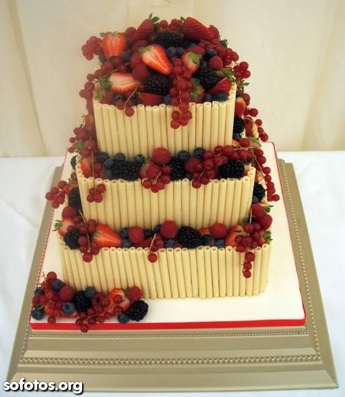 Bolo de casamento quadrado com morangos