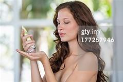 Crema idratante (quintaagrafico) Tags: closeup preparazione femminilità caucasico curadellapersona solounadonna composizioneorizzontale 2024anni solounapersona