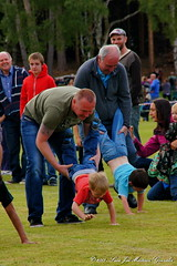 Nethy Bridge: Highland Games:Children'events: wheelbarrow race serie: Tenderness (Lucio Jos Martnez Gonzlez) Tags: uk people scotland europa europe gente unitedkingdom ngc escocia races wheelbarrow tenderness carreras highlandgames carretilla nethybridge reinounido ternura luciojosemartinezgonzalez childrenevents eventosinfantiles