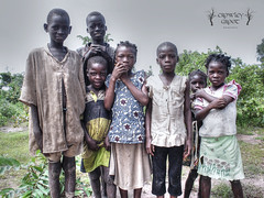 Burkina (Crowley Groot) Tags: world africa travel black kids pose shot gente african nios personas viajes human burkina burkinafaso faso airelibre sentimientos fotodegrupo fondodegrupo