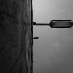 Wandbeleuchtung (S. Boblest) Tags: blackandwhite bw monochrome lampe wand himmel bnw beleuchtung perspektive schwarzweis