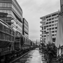 Shunting the mill: A long line (2/5) (jaeschol) Tags: switzerland railway fujifilm locomotive zrich ch kreis5 shunter diesellocomotive hardbruecke kantonzrich stadtzrich swissmill dieselhydrauliclocomotive am843 x100s shuntingzrich am843095