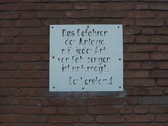 Auch keine Siegeszge! (mkorsakov) Tags: sign wall handwriting wand forbidden schild sportplatz mnster verbot mauritz handschrift mnster08