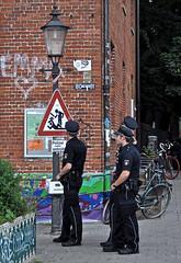 Warnung vor den Schergen (cmdpirx) Tags: park street fiction art st hamburg schild installation hh polizei pauli gezi warn kontrolle ausser urbanarte