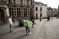 Freddy Vork. Voetbaljongleur. Domplein, Utrecht (Pim Geerts) Tags: street man color colour photography utrecht shot soccer trick freddy academiegebouw universiteit voetbal footbal domplein jongetjes jongleur kleur vork trickshot straatfotografie hooghouden voetballende voetbaljongleur