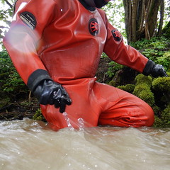 Thor-Bach5981 (Kanalgummi) Tags: rubber gloves worker sewer drysuit kanalarbeiter gummihandschuhe gummianzug égoutier trockenanzug