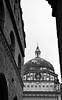 Asoma tu cúpula (Maite RodFer) Tags: blancoynegro arquitectura italia ciudad urbano bergamo cupulas cupula geometría