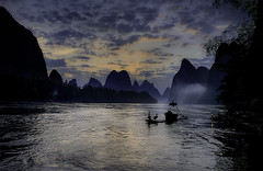 Fishing to Xing Ping at sunrise, (Massetti Fabrizio) Tags: china sun clouds sunrise river fishermen yangshuo giallo cina lijiang yangshou guangxi guanxi nikond4s