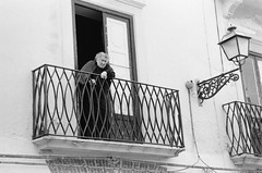 Sicilian curiosity (Sergio Bizzi) Tags: street analog blackwhite nikon f100 bn sicily bianconero sicilia trapani rullino 35film