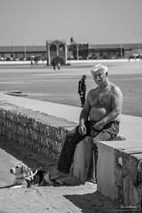 Promenade au soleil (icodac) Tags: chien mer canon de noiretblanc promenade moment plage vie portlanouvelle 18135 baindesoleil efs18135mmf3556is eos70d