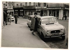4 L (desfemmesetdesvoitures@yahoo.fr) Tags: auto old woman white black cars car sedan vintage wagon photo und mujer women noir photos femme 1940 voiture nb des collection coche 1970 autos frau dame 1980 et mujeres fille blanc 1950 coches filles 1920 femmes dona voitures 1930 ancienne 1960 cabriolet oldy dames anciennes wagen machina oldys regazza wagens béw conductrice conductrices desfemmesetdesvoitures