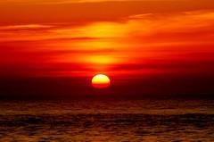 Zon zakt richting zee. (Romar Keijser) Tags: strand nederland noordzee 15 zee zon texel maart kust paal ondergang texelse texels