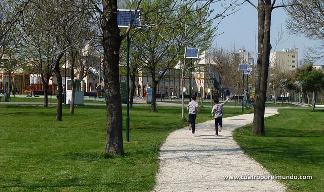 Los pekes corriendo hacia un enorme parque al lado del parlamento