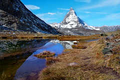 das Matterhorn und der Herbst (welenna) Tags: alpen autumn alps switzerland snow schnee see schwitzerland sky swiss steine stone berge blue mountains mountain matterhorn natur natural wasserspiegel water wasser wallis wolken clouds cloud classic riffelsee relief reflection reflexion view landscape light walking wandern himmel hiking