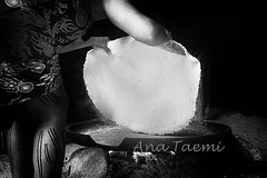 ATU_3834_Indio Kuikuro_LR_BW_PH (Ana Taemi) Tags: brazil blackandwhite cooking monochrome tapioca indio beiju juquitiba manioc nativepeople tocadaraposa kuikuro indiokuikuro nativebrazilian