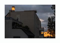 Extrieur soleil couchant (hlne chantemerle) Tags: trees sunset sky paris night clouds soleil photographie faades arbres soir extrieur vue paysages murs ciels ombres urbain toits chemines nuageux photosderue