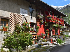 Maison de village Le Tour - Village house Chamonix Mont Blanc (CHAM BT) Tags: maison chalet fleur rouge guide pierre geranium village house flower red stone alpes hautesavoie france alps habitat traditionel