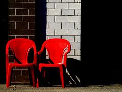 due chiacchere.... (Rino Alessandrini) Tags: sedie plastica compagnia due coppia mattoni astratto forme geometrie colori contrasto ombre rosso abstract plastic chairs two bricks torque company geometric shapes contrasting colors red shadows