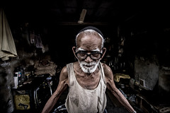 A worker (Harshal Orawala) Tags: 121clicks 500px india portrait surat gujarat canon natgeo eyes old man lights