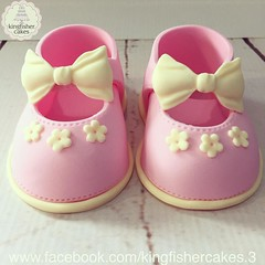 Photo of My first little pair of gum paste Mary Jane shoes, so cute ???? love them #cakestagram #cakeart #instacake #closeup #KingfisherCakes #shoes #shoestagram #maryjane #maryjaneshoes #bow #lovethem #gumpasteshoes #babyshoes #babygirlshoes #