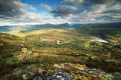 Svartvatnet (Youronas) Tags: road sky mountains norway rock clouds canon countryside norge moss rocks hill skandinavien norwegen sigma hills 7d scandinavia srtrndelag fjell aure mreogromsdal mountainroad 816 fjellet brekka lifjellet canon7d sigma816 svartvatnet rvgen