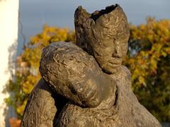 Liebende auf dem Dach  - Lovers on the roof (Sockenhummel) Tags: sculpture statue bronze fuji skulptur lovers neujahr x20 liebende fujifilmx20