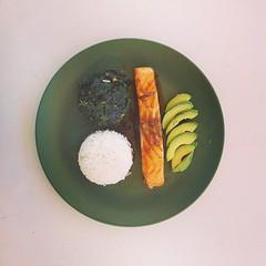 Μεσημεριανό: σολωμός τεριγιάκι με αβοκάντο, μπασμάτι και σπανάκι στον ατμό.