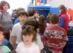 Alumnos/as viendo el sistema de reciclaje de cartn (Ayuntamiento de Ermua  Ermuko Udala) Tags: colegio eroski  sanpelayo propuestas educacinprimaria 3y4