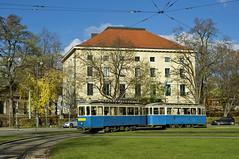 D/f-Zug 490/1401 rollt um den Obelisken am Karolinenplatz (Frederik Buchleitner) Tags: munich mnchen tram streetcar fahrschule 490 trambahn 1401 dwagen strasenbahn linie29 fahrschulfahrt