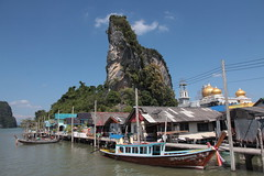 t-26 (Franz-Rudolph) Tags: sea thailand islands bay rocks asia asien meer dorf village south muslim east limestone koh stilt nga felsen bucht stelzen phang inseln kalkstein panyee sdost muslimisches franzrudolph